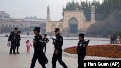 Китайская полиция охраняет мечеть в Синьцзян-Уйгурском автономном районе