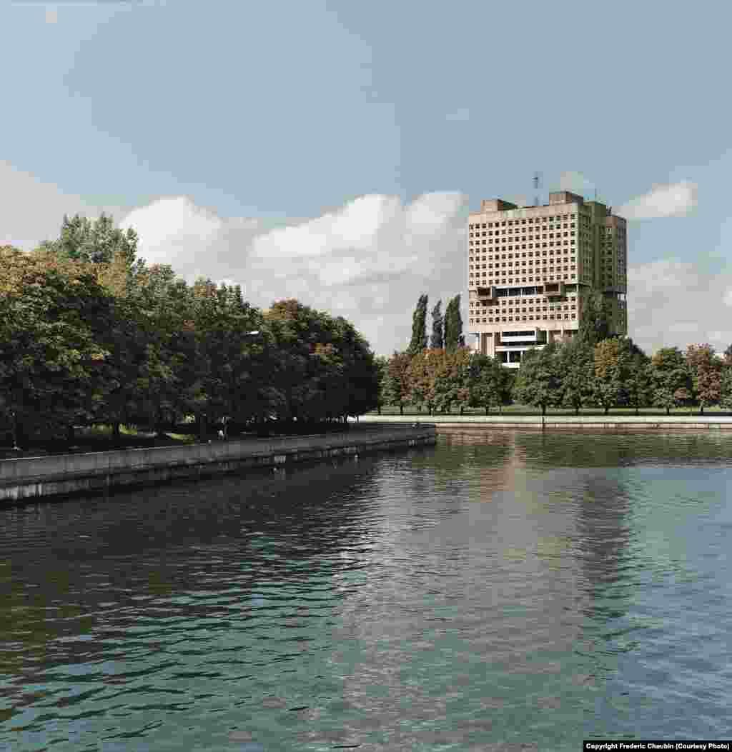 Человекоподобный Дом Советов в Калининграде стоит на месте рва бывшего Кенигсбергского замка. Здание считается главным советским долгостроем. Начатую в 1974 году, постройку Дома Советов так и не завершили