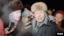 Andrei Sakharov speaks to reporters upon returning to Moscow after seven years on December 23, 1986.