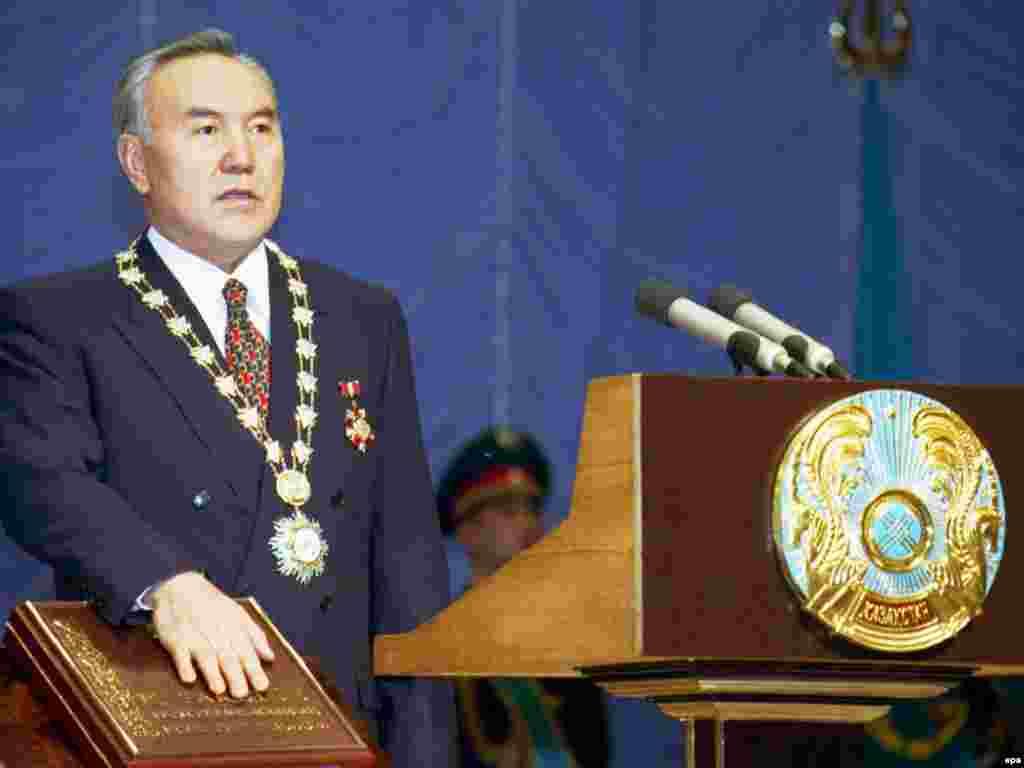 Во время инаугурации 1999 года у Назарбаева были замечены особые знаки президентской власти: золотой коллар (мужское ожерелье) и специальный орден. Астана, 20 января 1999 года.