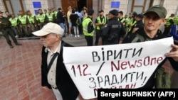 Протесты против деятельности телеканалов NewsOne и 112