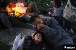 Сирийский курд Сахин Серко плачет со своей 7-летней дочерью на руках – после перехода границы с Македонией. 14 мая 2015