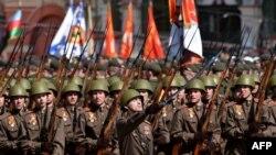 Участники Парада Победы, одетые в форму времен Великой Отечественной войны 9 мая 2015 года