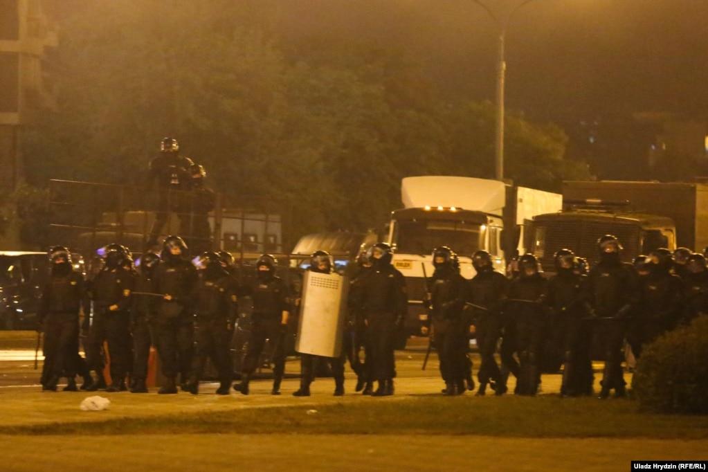 """ОМОН возле стелы атаковал людей, используя щиты, и вытеснял их. """"Все выглядит, как настоящая война"""", – рассказала журналистка """"Белсата"""", которая была на месте событий"""
