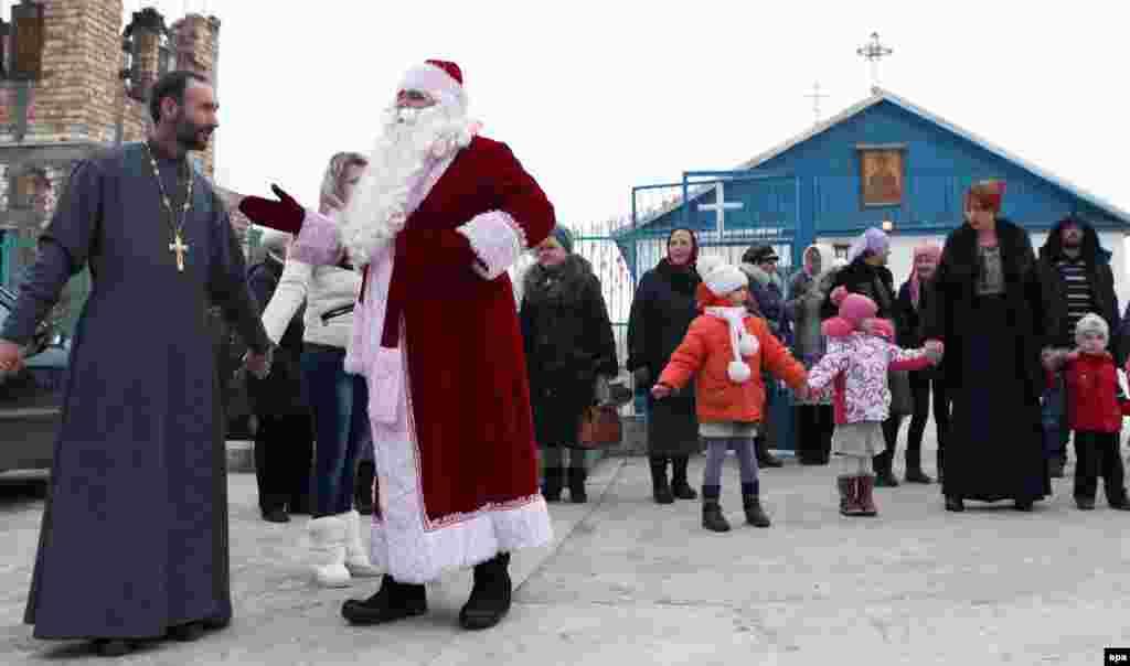 Празднование Рождества после православной службы в деревне Сосновка, неподалеку от Бишкека, Киргизия