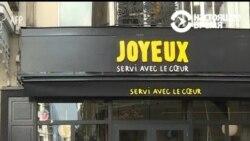 """В Париже работает кафе со """"счастливыми людьми"""""""
