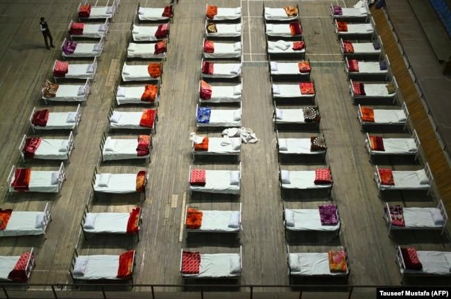 Крытый стадион, переоборудованный в госпиталь для пациентов с коронавирусом. Сринагар, Индия. 27 апреля 2021 года. Фото: AFP