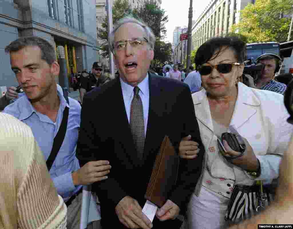 Адвокат Анны Чапман перед зданием суда на Манхэттене 8 июля 2010 года. Тогда Чапман признала вину