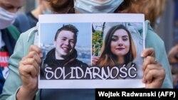 Плакат в поддержку Протасевича и Сапеги на уличной акции в Варшаве