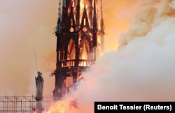 Шпиль собора Парижской Богоматери незадолго до обрушения. Фото: Reuters