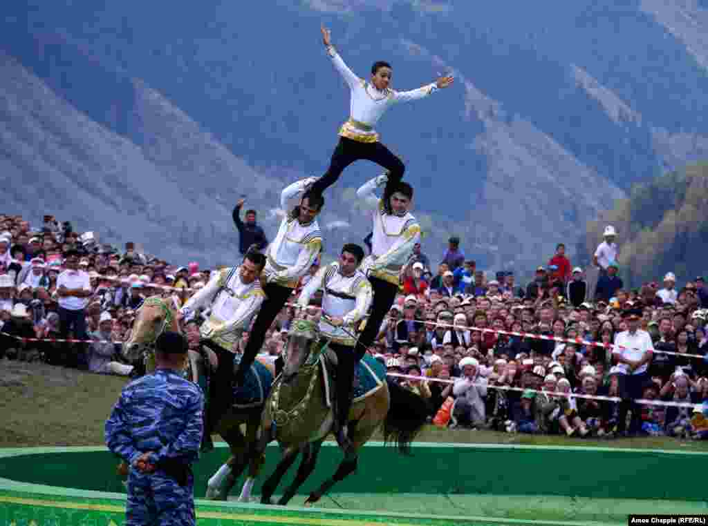 Сильное впечатление произвели на Чаппла наездники из Туркменистана. Джигиты из этой страны считаются лучшими в Центральной Азии, и, как только они появлялись на стадионах, по трибунам проносился гул одобрения, пишет он. Особенно поразил зрителей номер, в котором самый маленький член труппы проехался наверху, на четвертом ярусе человеческой пирамиды, без помощи рук