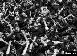 Толпа на площади в Тегеране во время похорон иранского лидера аятолы Али Хомейни. 5 июня 1989
