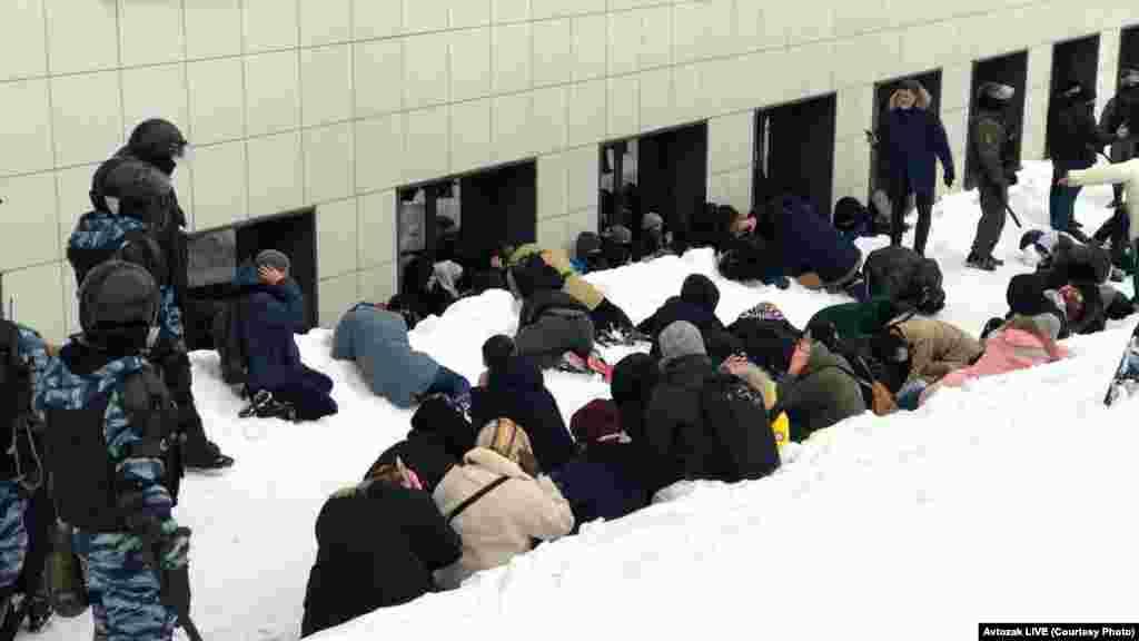 Задержанных после акции в Казани заставляют лежать в снегу со скрещенными за головой руками