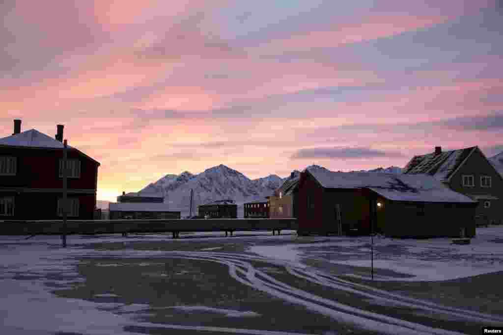На выезде из городка сохранилась 34-метровая мачта, к которой швартовались дирижабли освоителей Арктики