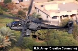 """Вертолет AH-64 Apache, который, по словам представителя Пентагона, участвовал в отражении атаки на позиции """"Сирийских демократических сил"""""""