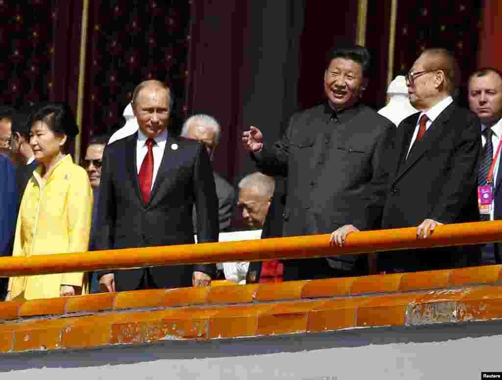 На парад пригласили западных лидеров, однако приехали лишь некоторые. Российский президент Владимир Путин, президент Чехии Милош Земан,генсек ООН Пан Ги Мун и представители еще 21 страны