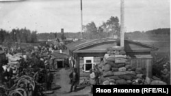 Баржа со спецпереселенцами, п. Тогур Нарымского округа. 1930-е годы