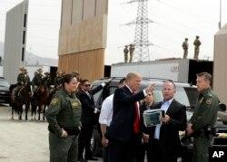 Трамп осматривает варианты конструкции стены