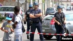 Французские полицейские во время противотеррористической операции