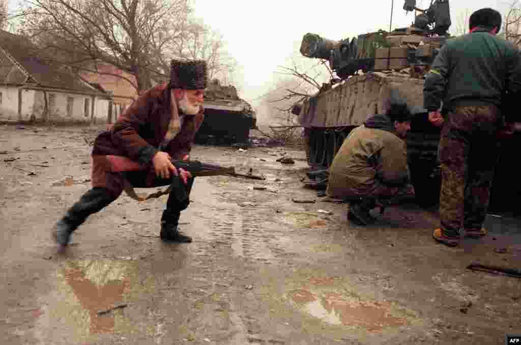 Первый штурм Грозного обернулся катастрофой для российских сил, которые столкнулись с решительным сопротивлением На фото – чеченский доброволец укрывается за русским танком во время уличных боев в Грозном