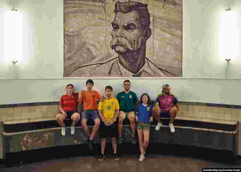 Группа у мозаики писателя Максима Горького в московском метро