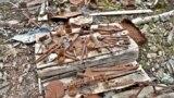 Инструменты на территории бывшего трудового лагеря на урановой шахте в Кодарских горах, Забайкалье