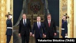 Президент России Дмитрий Медведев в центре, справа – Сергей Приходько, слева – глава МИД Сергей Лавров
