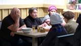Кто приходит за бесплатными обедами для пенсионеров