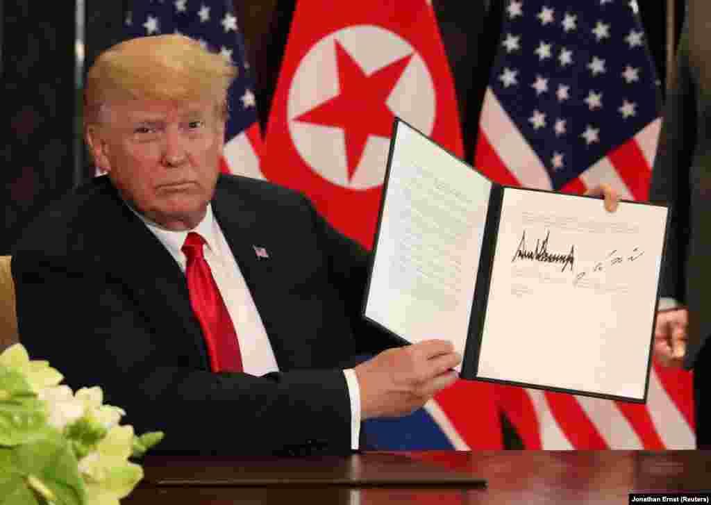 Трамп демонстрирует подписанный документ