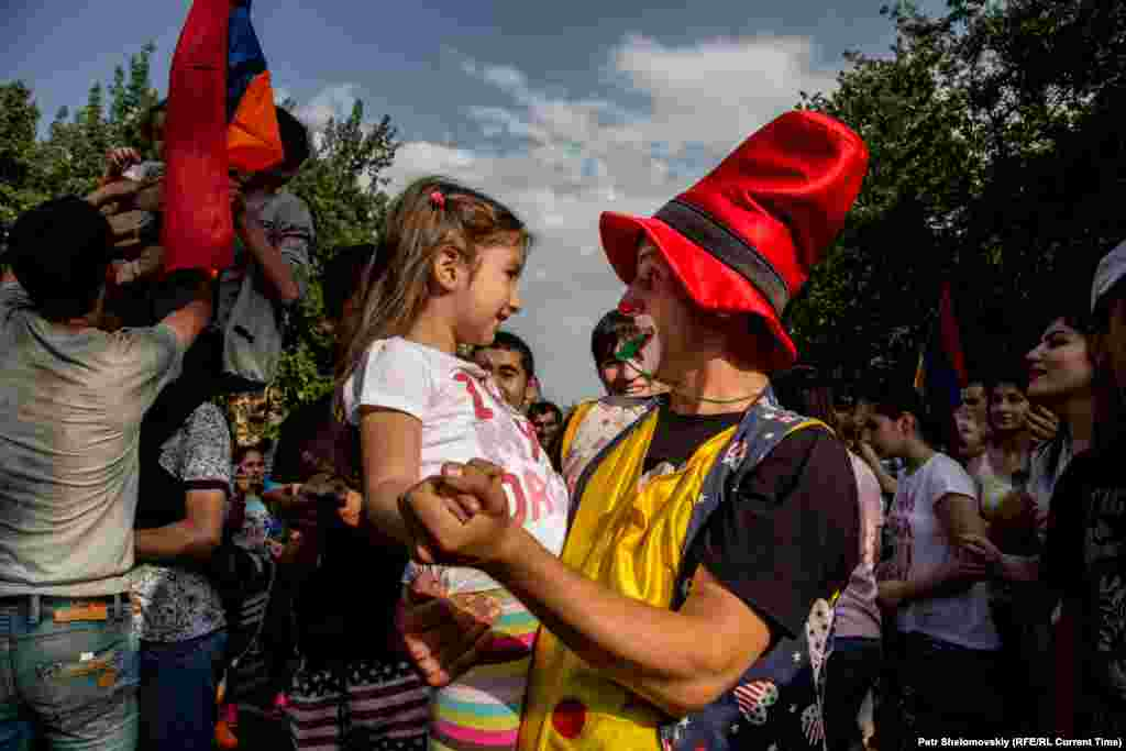 На протестах находились и дети. Возможно, их присутствие повлияло на решение полиции не разгонять демонстрацию Фото от 27 июня с проспекта Баграмяна