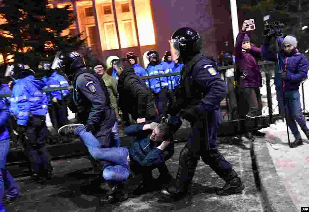 Также на свободу может выйти румынский медиамагнатДан Войкулеску, который отбывает 10-летнее наказание за отмывание денег