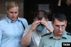Свидетель Александр Кобец (в центре) возле здания Пресненского суда в Москве, 20 августа 2020 года. Фото: ТАСС