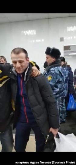 Адам Гисаев после освобождения из СИЗО-1 Иркутска
