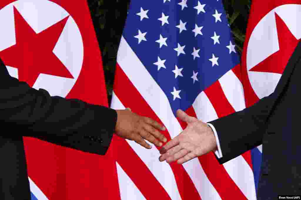 Дональд Трамп и Ким Чен Ын встретились и пожали друг другу руки