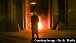 Художник Петр Павленский перед горящим входом в главное здание ФСБ России, Москва, 9 ноября 2015