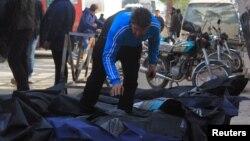 Опознание погибших после российской бомбардировки Идлиба 20 декабря 2015 года