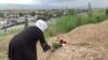 В Таджикистане могилы закрывают пластиком и копают про запас. Чиновники уверяют, что это не связано с коронавирусом