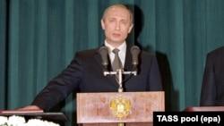 Путин приносит клятву, вступая первый раз в должность президента в 2000 году