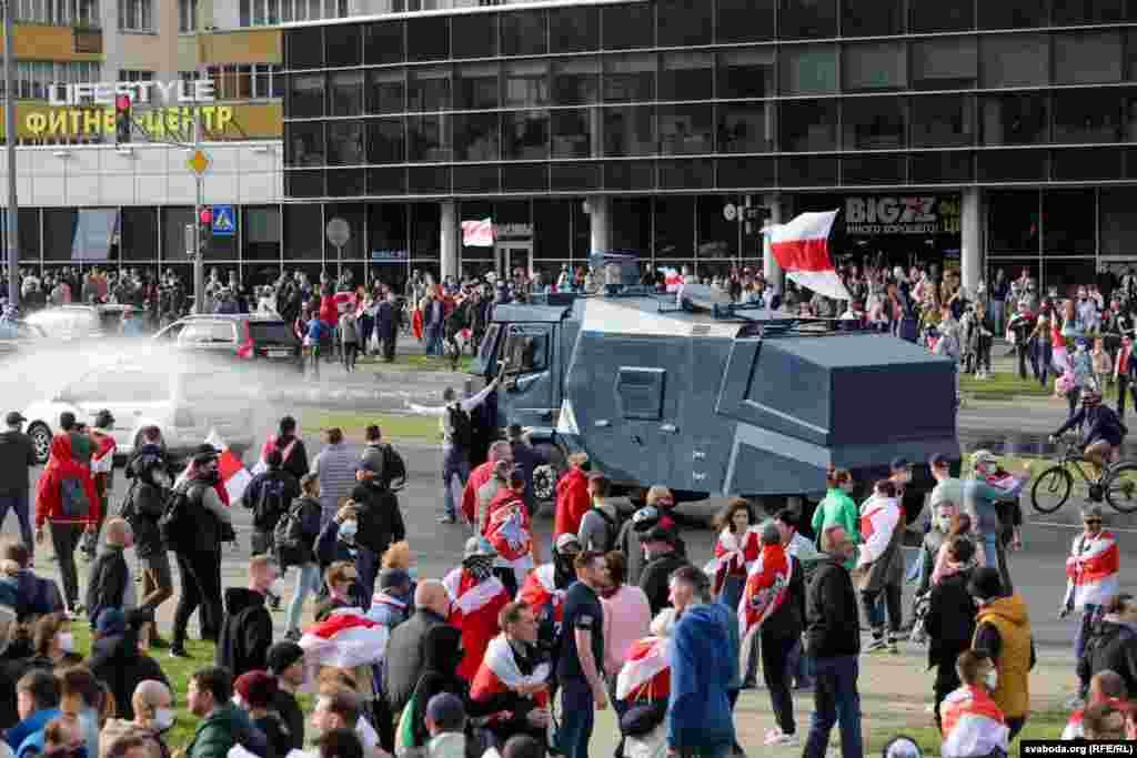 Милиция попыталась разогнать протестующих в Минске с помощью водометов