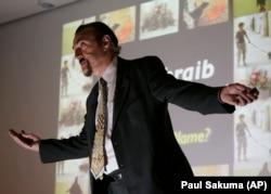 Доктор Филип Зимбардо во время лекции о пытках в американской тюрьме в Ираке Абу Грейб, Калифорния, 2007 год
