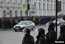 Полиция и протестующие в Омске. Фото: Reuters