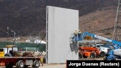Строительство забора на границе в окрестностях Сан-Диего в Калифорнии