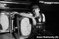 Анзор Бухарский. Иногда он снимает на маленькую пленочную Leica, но сейчас работает с цифровой камерой Nikon