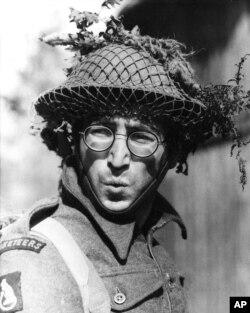 """Джон Леннон в роли рядового Грипвида в фильме """"Как я выиграл войну"""" (1967)"""