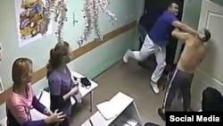 Доктор Илья Зелендинов из Белгорода бьет пациента в больнице №2, скриншот с камеры наблюдения