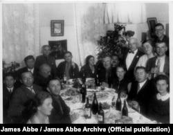 """""""Пока крестьяне голодают, наш уважаемый иностранный гость живет очень хорошо... особенно когда он подписал документ, который подтверждает, что он не видел голода на Донбассе"""" (авторская подпись из книги Джеймса Эббе """"I photograph Russia""""). Фото, скорее всего, сделано в Донецкой области, 1932 год. James Abbe/James Abbe Archive"""