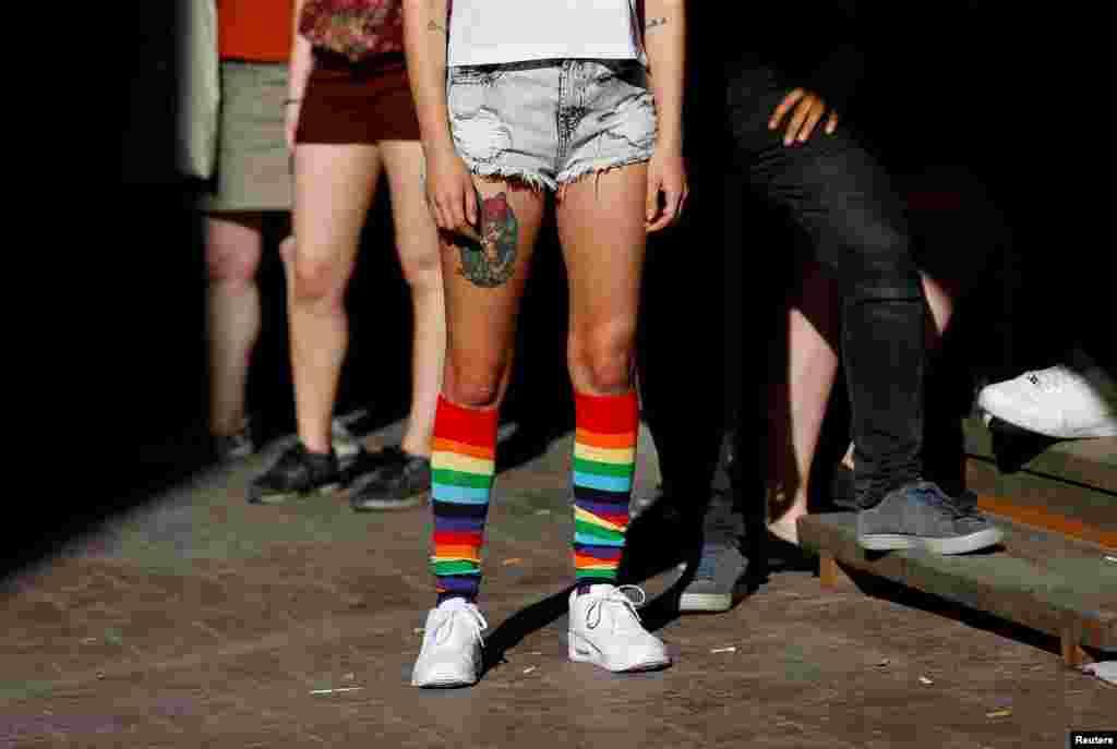 Власти Турции запретили проводить гей-парад, но десятки представителей ЛГБТ-сообщества вышли на одну из центральных улиц города