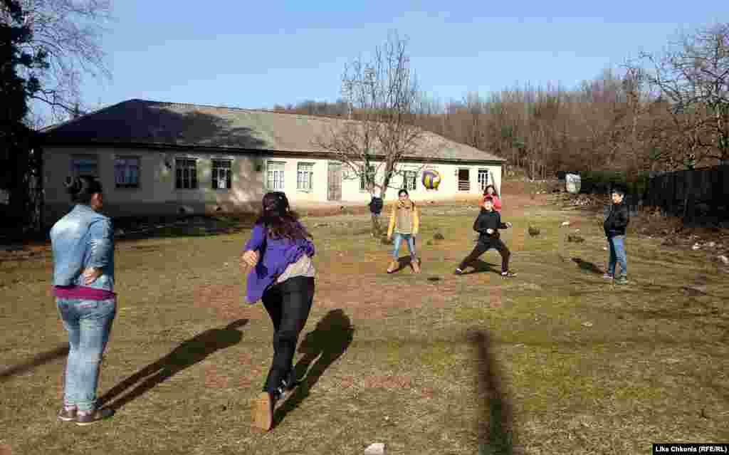 Школьники играют в вышибалы у школы в селе Кумистави. У одной команды преимущество из-за низкого солнца. Но автор фотографии, учительница физкультуры Лика Чкония говорит, что ее ученики научились с этим справляться