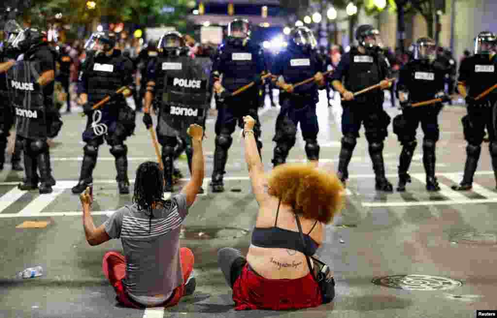 Мирные демонстрации быстро переросли в столкновения с полицией