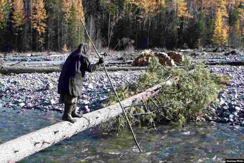 Чтобы перейти реку, ей приходится идти по такому мосту: